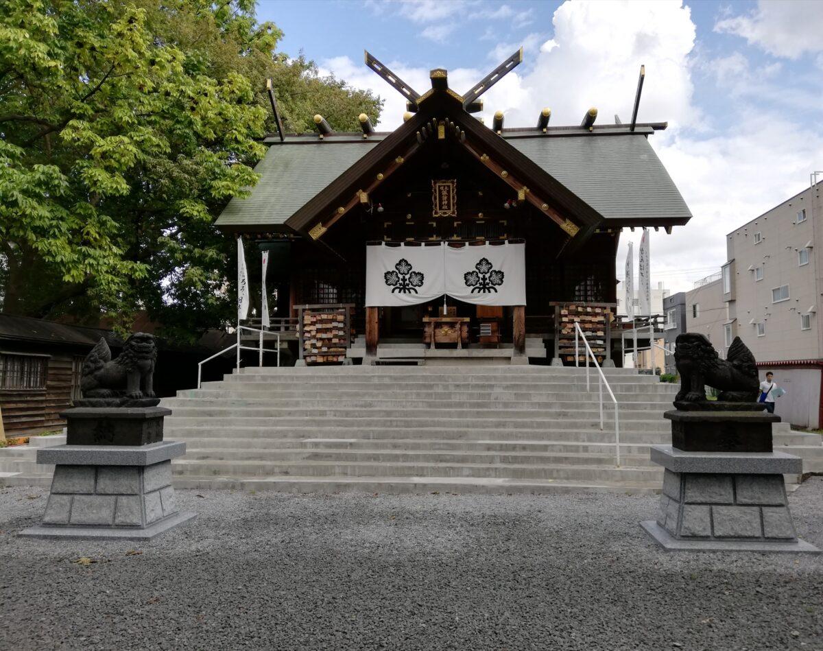 札幌諏訪神社の社殿と石段