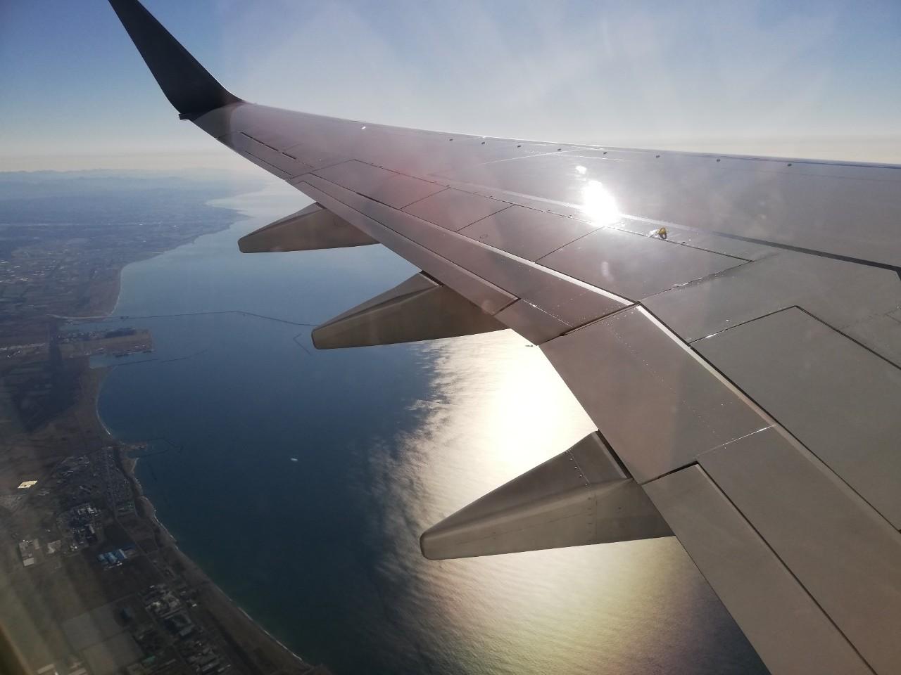 飛行機から眺める、美しい朝焼けの海岸線