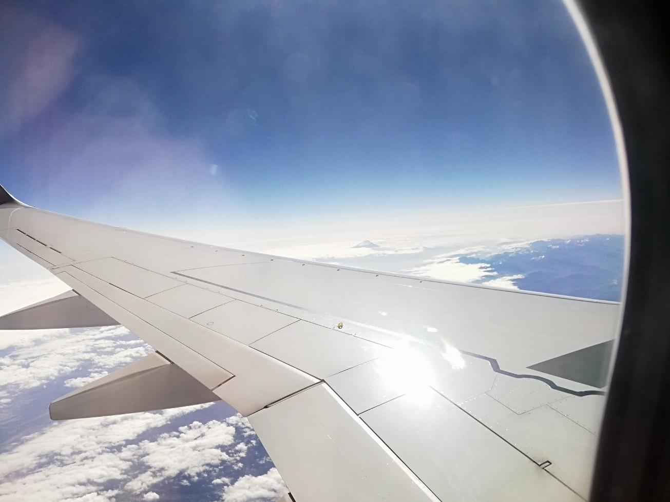 機内の窓から眺める富士山
