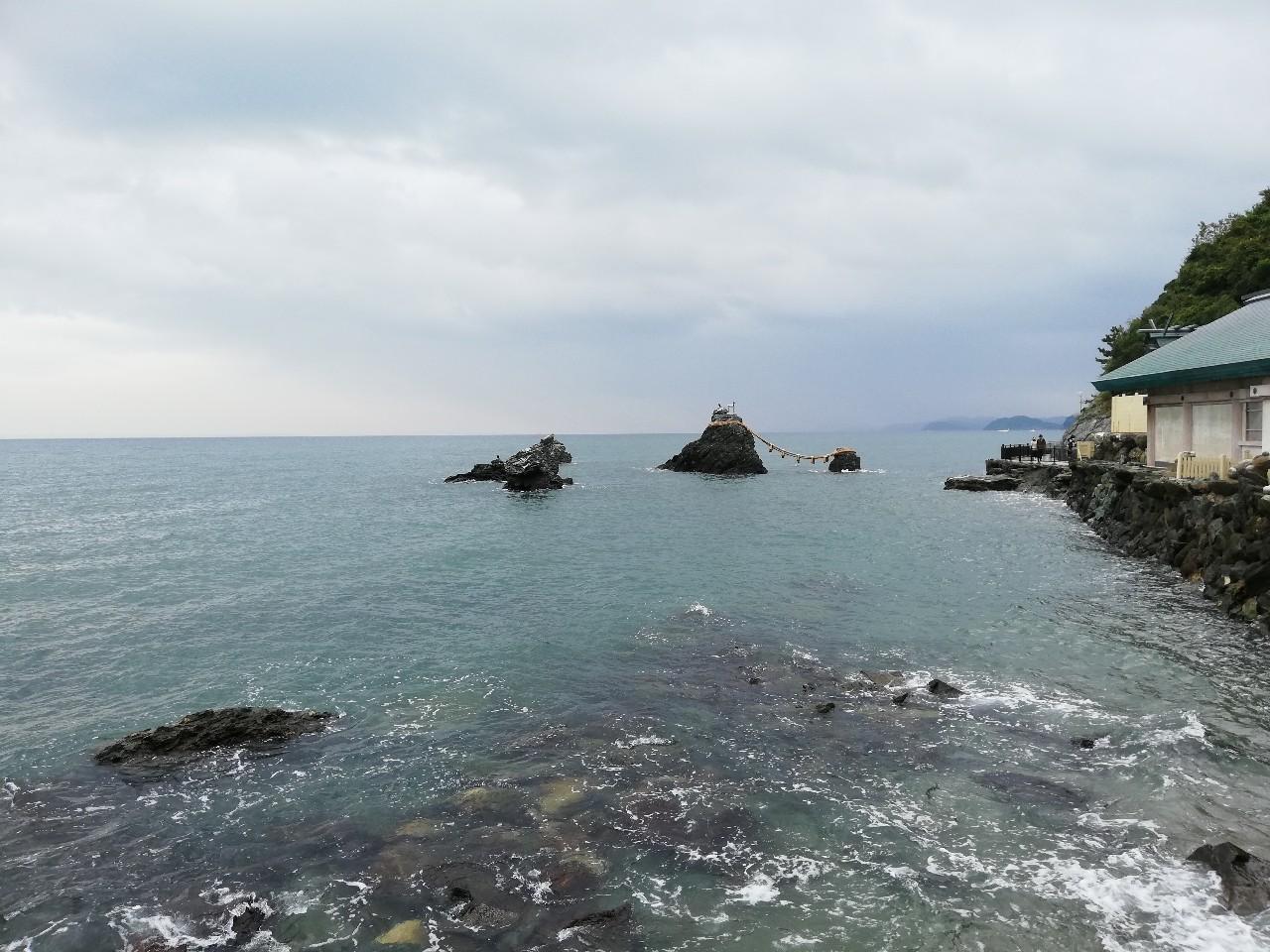 伊勢湾に浮かぶ注連縄がかかった夫婦岩