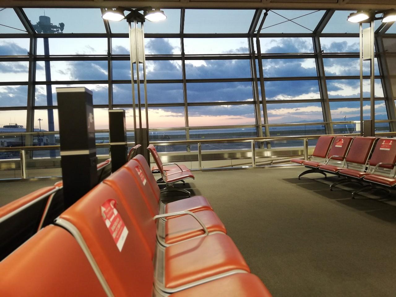 夕焼けに染まる中部国際空港内の搭乗ゲート