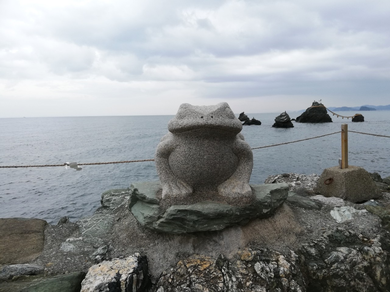 二見興玉神社の面白い表情をしたカエルの石像