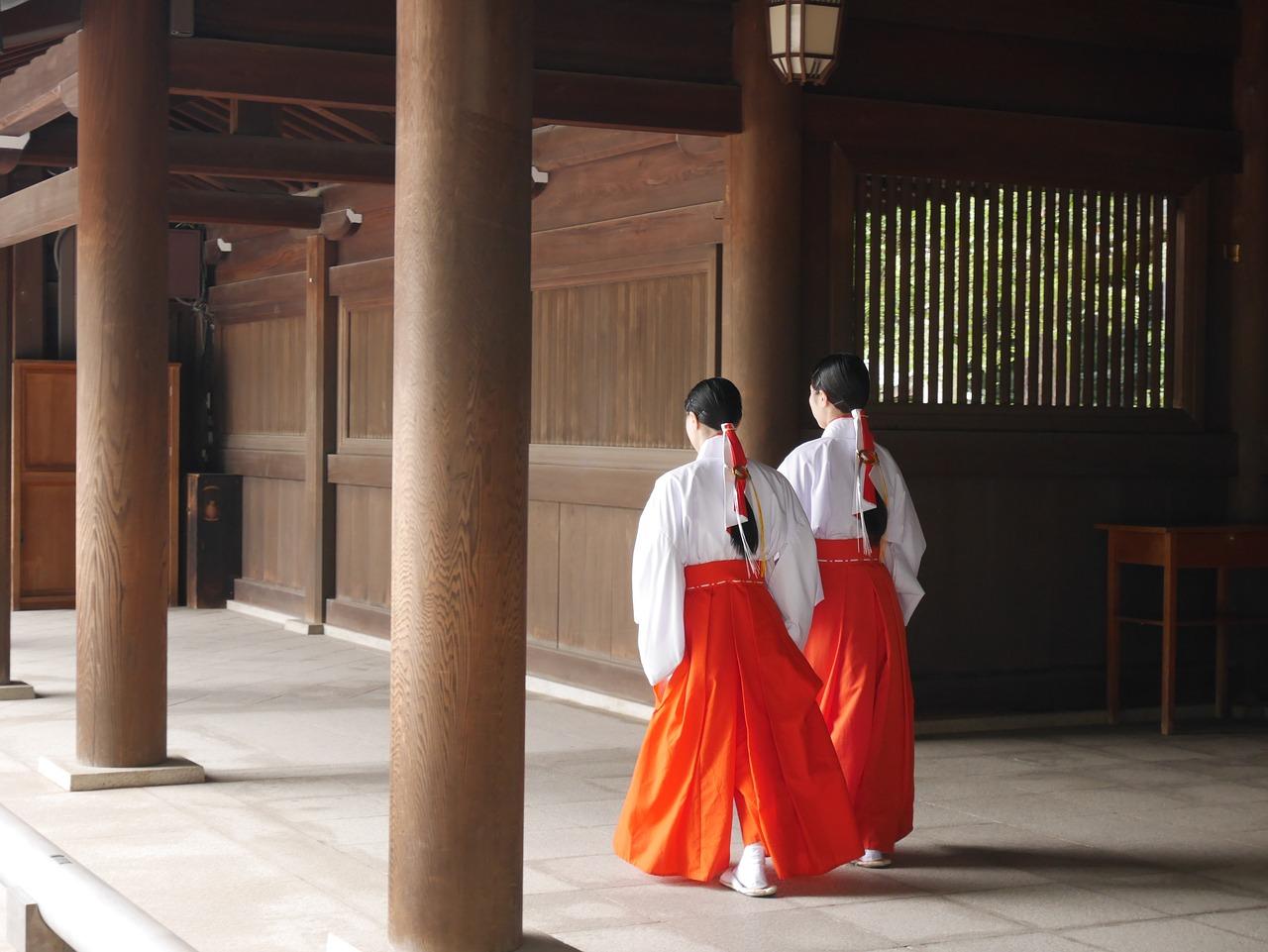 伊勢神宮内を歩く二人の巫女さん