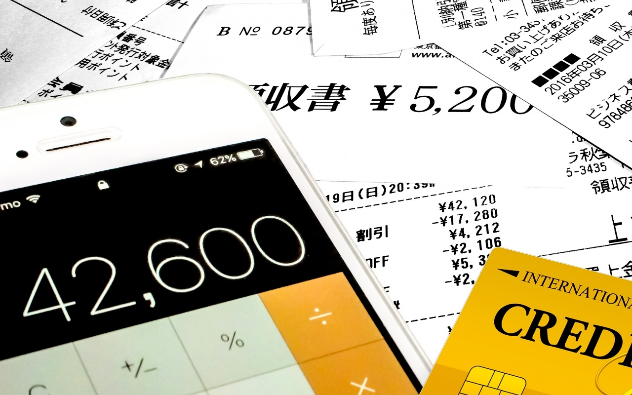 クレジットカードの山と電卓