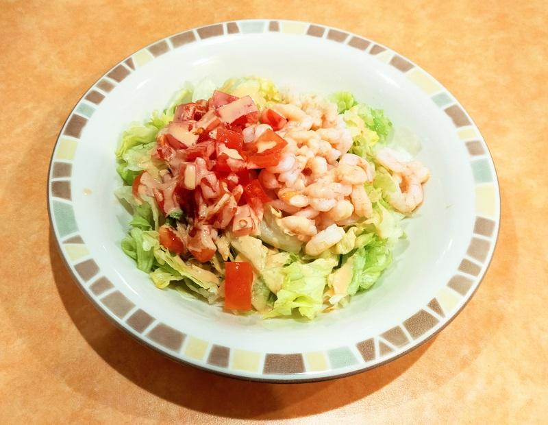 彩り豊かな小エビとレタスのサラダ